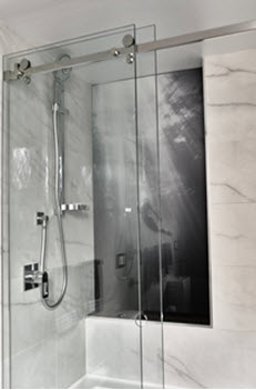Shower with printed glass splashback panel